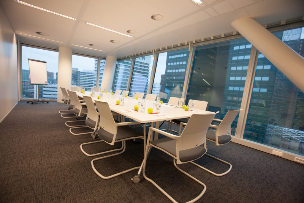 The meeting rooms of the TOO branch in Den Haag are available to all co-workers. They are equipped with the Mera visitor chairs from Klöber.